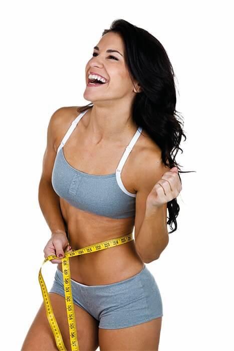 Frau nach der Abnehmclubzeit mit schlanker Taille und straffen Po
