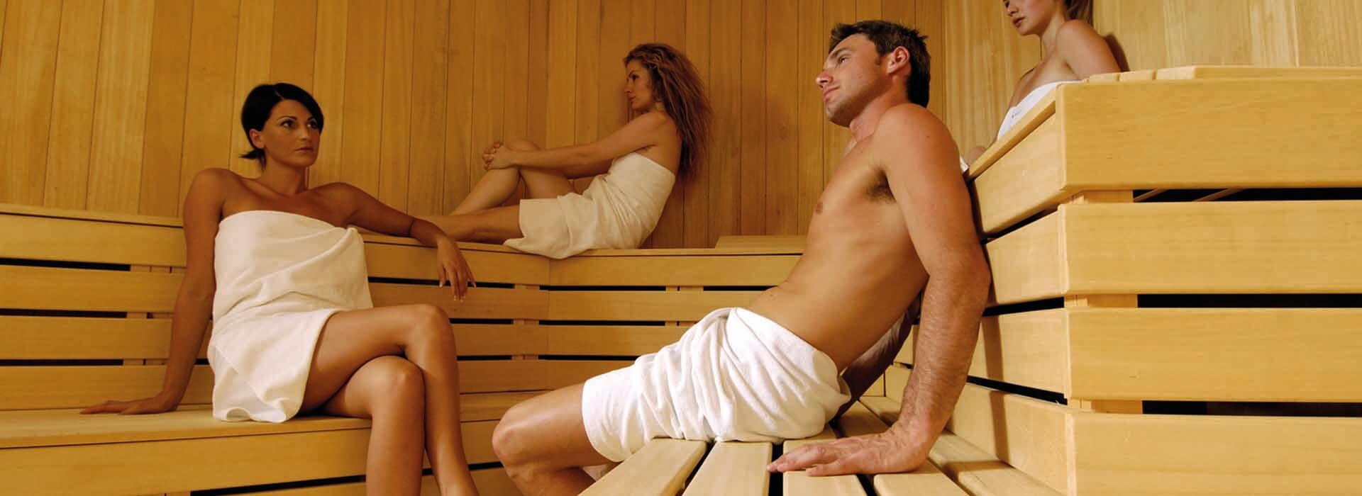 Männer und Frauen in einer großen Sauna