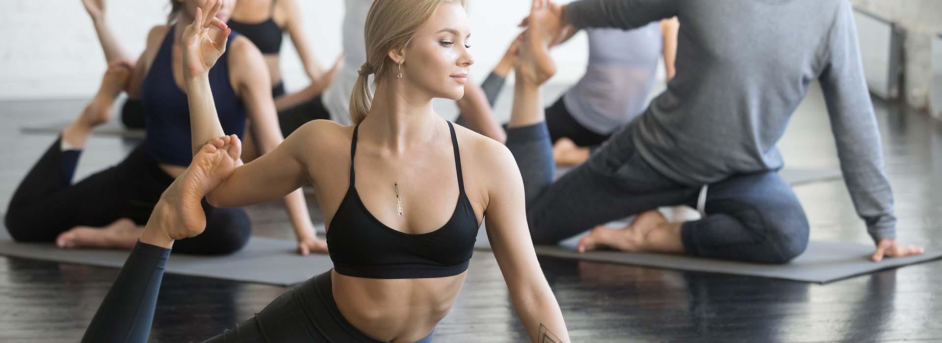 Groupfitness-Gruppe im Gesundheitskurs Yoga und Meditation