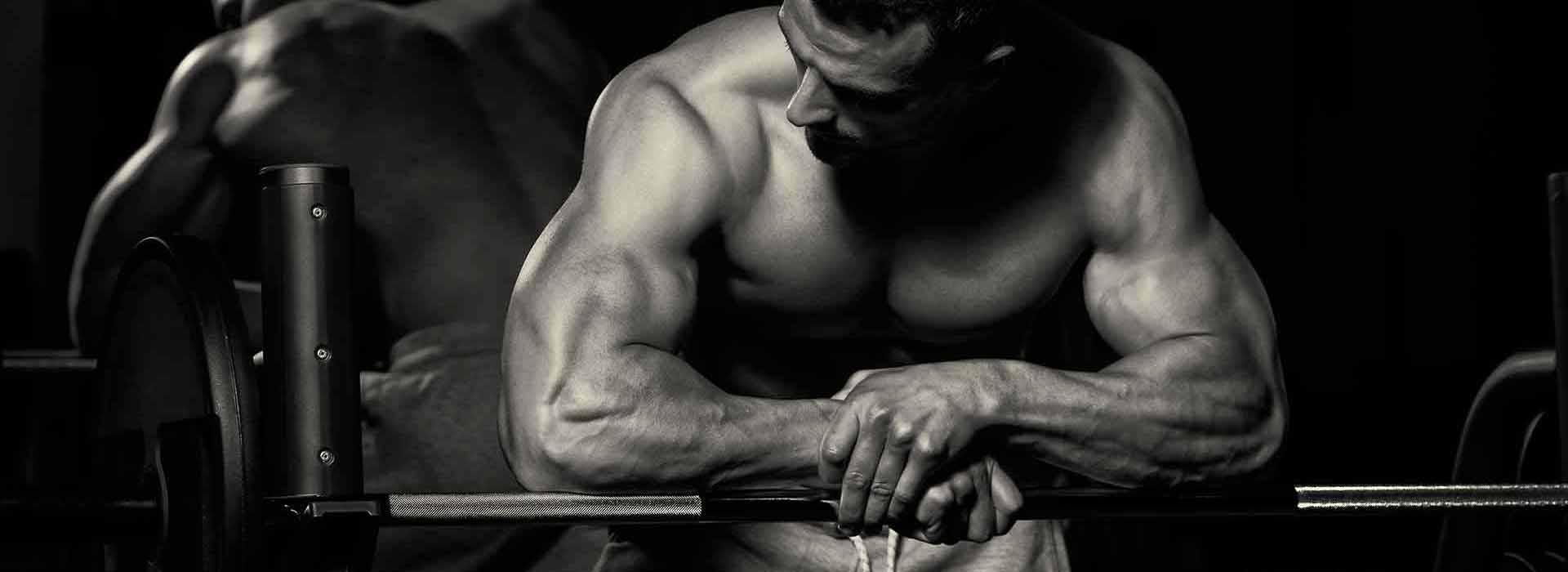 Muskulöser Mann mit stark muskulösen Armen, Brust und Sixpack