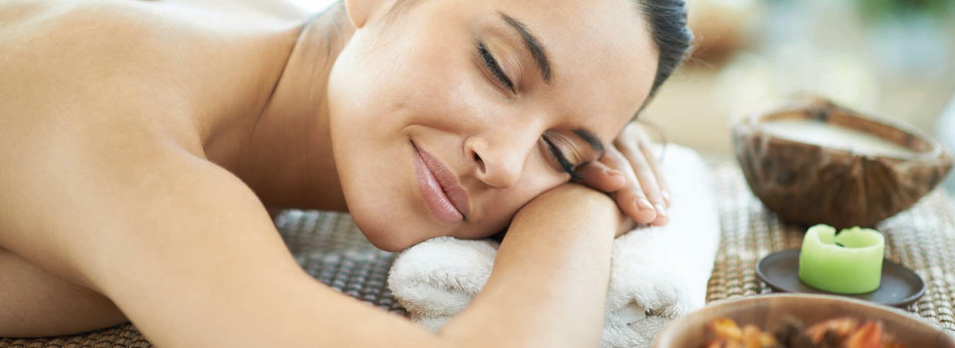 Frau genießt und entspannt bei einer Massage