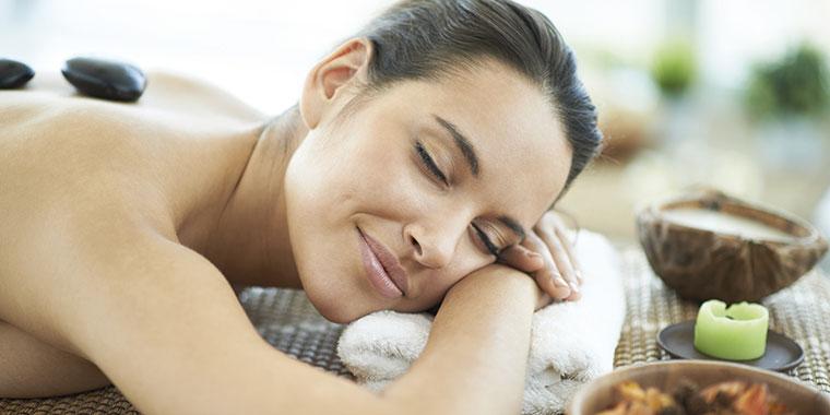 Frau genießt eine Massage und entspannt