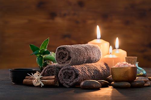 Teil eines Massageraumes mit Kerzen und Handtücher