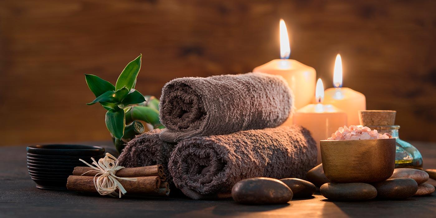 Tisch mit Handtücher und Kerzen im Massageraum